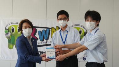 Photo of 東京2020公認プログラム 「Sharing The Dream 2020」子ども達が制作した参加国応援メッセージ集を橋本会長へ進呈